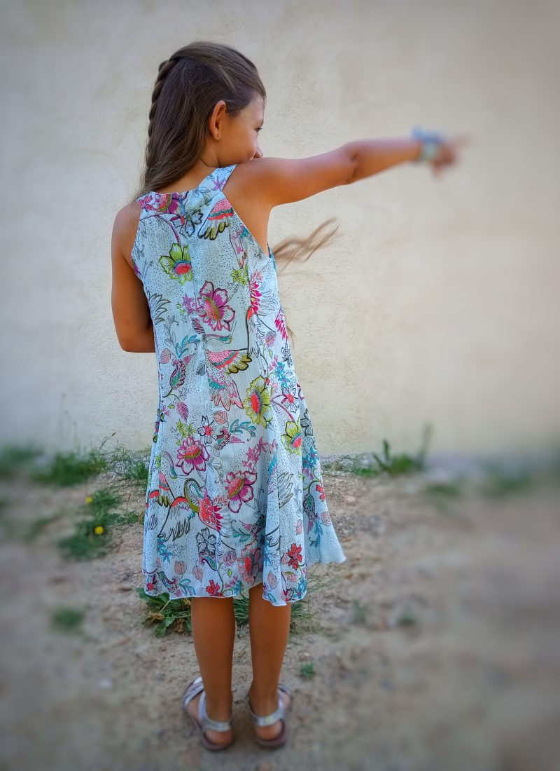 robe motif fond bleu petit fille vue de dos