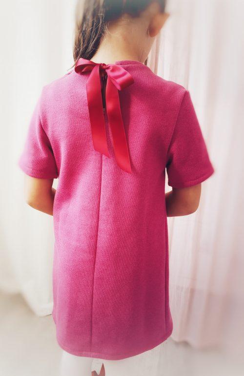 Robe rose avec noeud pour petite fille vue de dos
